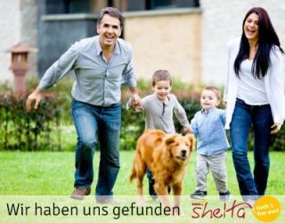 Familie mit Hund aus Tierheim