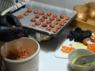 Hundekekse selber machen_Mischung in Kekse formen